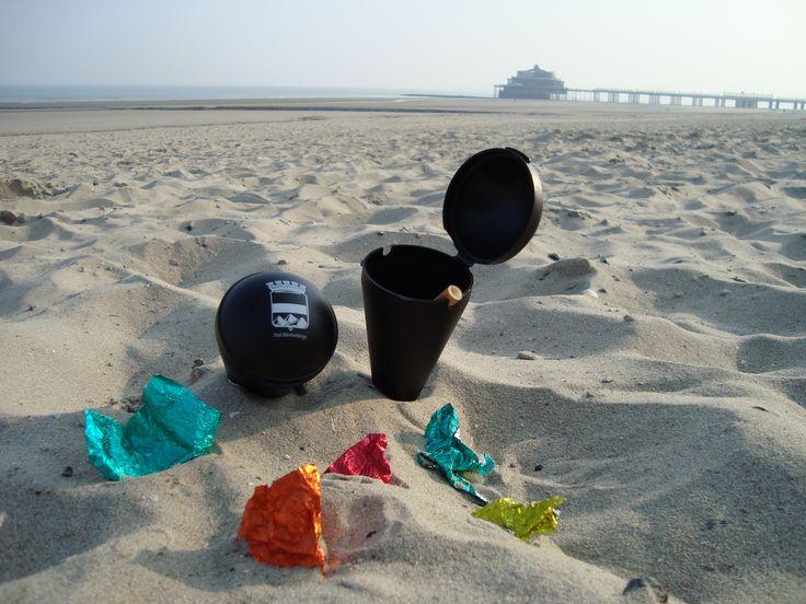 Onze strandasbakjes zijn nog steeds verkrijgbaar bij de preventiedienst.  Zowel voor peuken als klein afval.  Help ons het strand rein te houden.