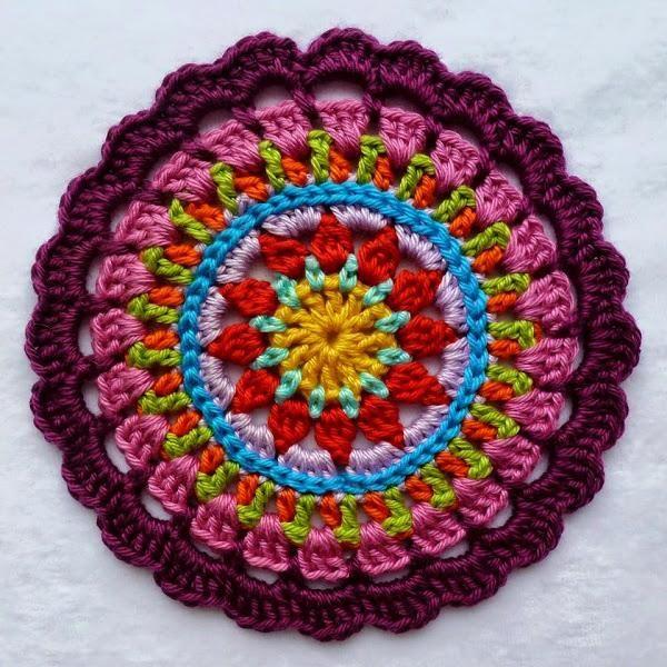Son perfectas para adornar nuestras paredes o nuestras ventanas, con colores brillantes y coloradas que nos alegran la vida y nuestros dias nublados. http://karinaandehaak.blogspot.ch/2012/06/mandala.html?m=1 http://made-in-k-town.blogspot.de/2012/05/little-spring-mandala.html?m=1 http:// ...