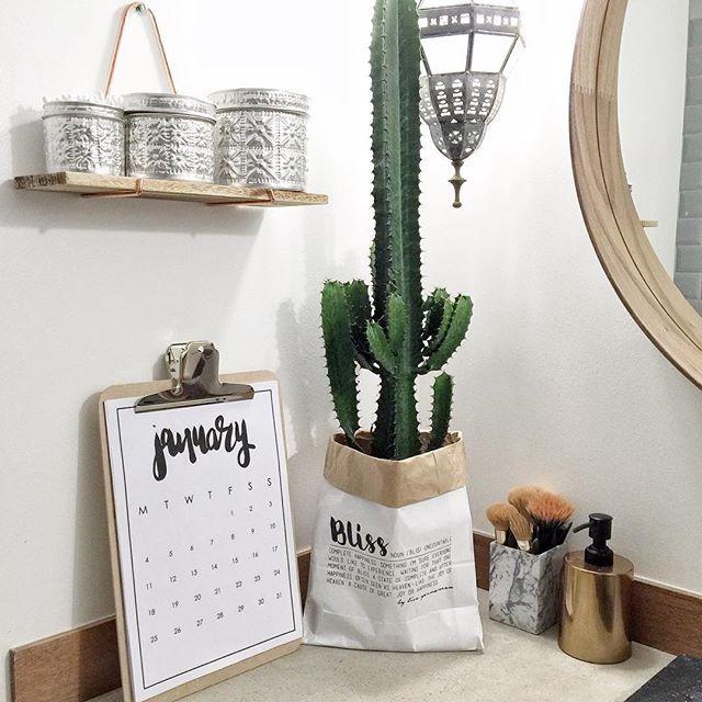 Ma décoration préférée en VENTE sur @tha_maka : PAPER BAG & CALENDRIER (lien dans ma bio) || #calendar #cactus #green #paperbag #eshop #deco