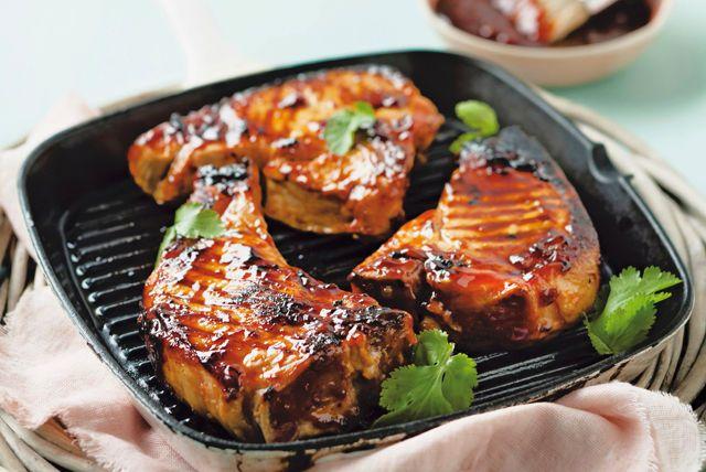 La saveur salée et sucrée du mélange de sauce barbecue et de canneberges rehausse à merveille ces succulentes côtelettes. Nul doute que cette recette toute simple deviendra l'un des plats préférés de votre famille!