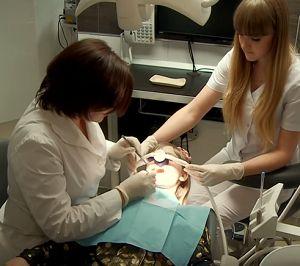 Лечение детских зубов у стоматолога. Цены в стоматологической клинике «ДЕНТиК ЛЮКС»   http://www.dentiklux.ru/lechenie-detskix-zubov-u-stomatologa-ceny.html ... Мы беремся лечить детские зубки, потому что у нас работают высокопрофессиональные специалисты, и мы можем предложить нашим маленьким пациентам седацию закисью азота – действенный метод снизить страх ребенка перед неминуемым дискомфортом при лечении. Он практически безвреден и безопасен. Применение седации существенно облегчает…