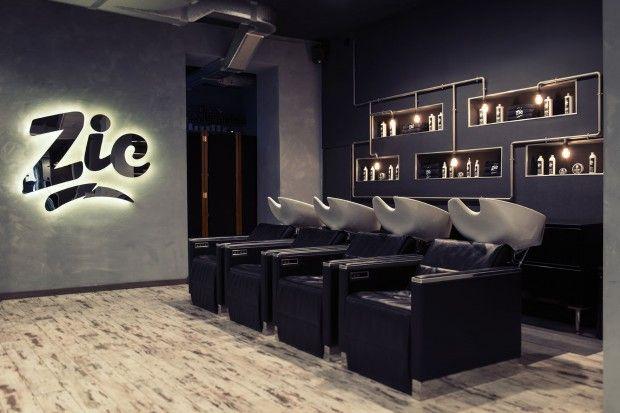 Marta Szymkowiak  est une des protagonistes du tout jeune studio créatif italien, Best Before 2065. Elle a conçu, avec ses acolytes, le design graphique et le design intérieur du salon de coiffure ZIC Hair Studio, à Gênes.  Du bois, de la récup, de beaux fauteuils de barbier, un style industriel pour un rendu chaleureux et trendy.