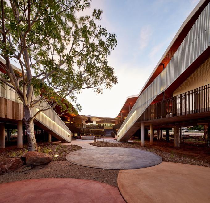 Vista exterior del patio. Centro de Mayores Walumba por Iredale Pedersen Hook Architects, Australia. Fotografía © Peter Bennetts. Señala encima de la imagen para verla más grande.