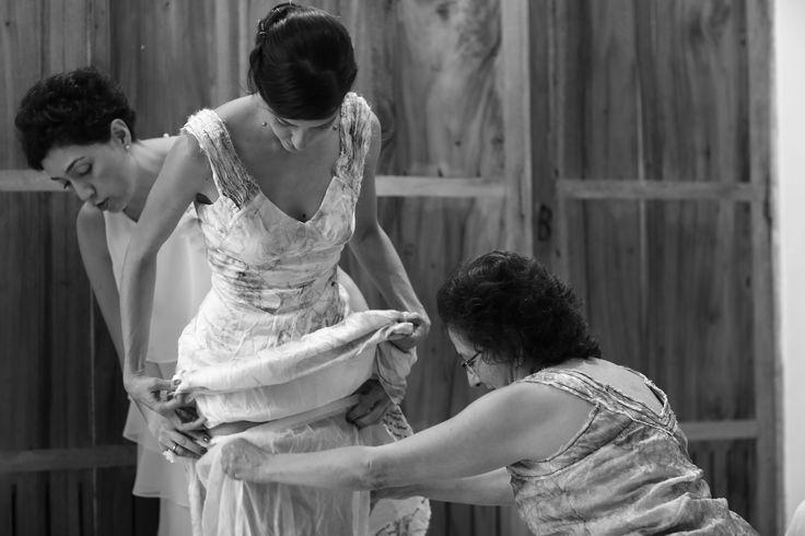 laura... flores, trazos y textos que cuentan su historia de amor... foto por Víctor Álzate... cortesía de Artevisión...