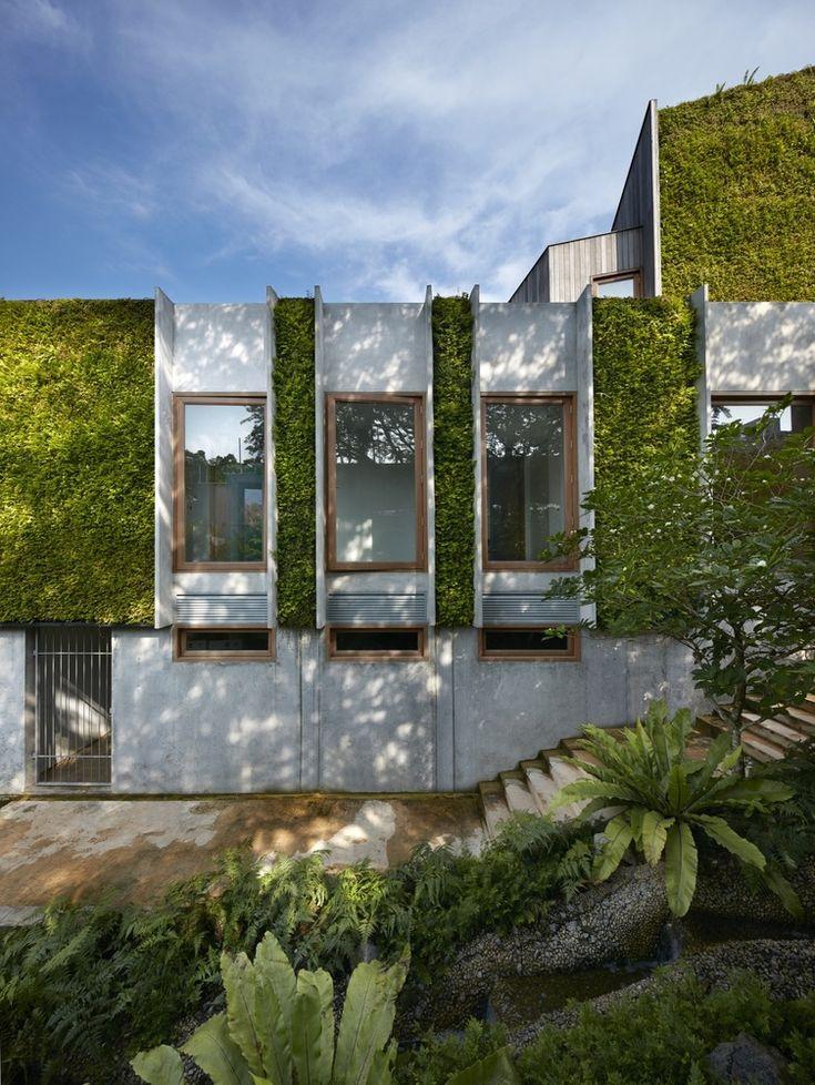 """El diseño también hace uso de techos verdes y muros vegetales que generan una significativa refrigeración por evaporación, además de un sistema de recogida de aguas pluviales. Una serie de """"pozos de luz"""" llevan la luz natural a los interiores y reducen la necesidad de iluminación artificial durante el día."""