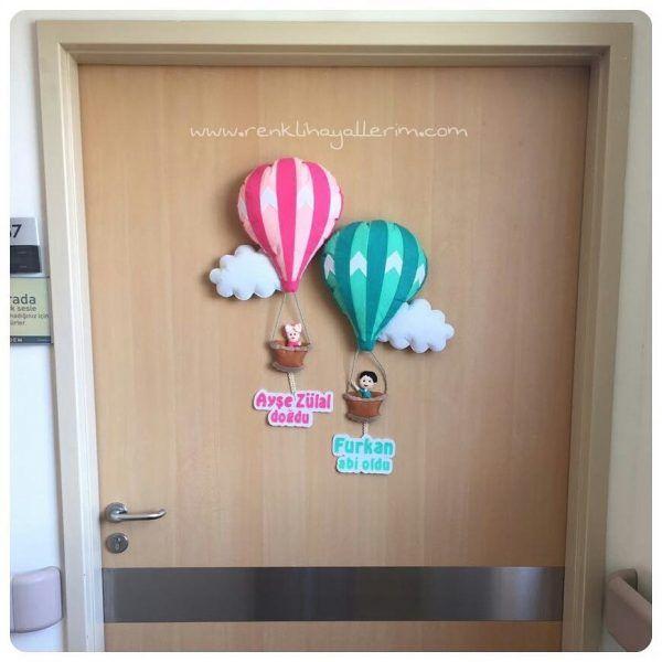 Ürün Adı : Kardeşler Balonlu Kapı Süsü Ürün Kodu : BS-001 Ürün Türü : Sarkıt Kapı Süsü  Ürün Detayı : İkizler veya kardeşler için balon temalı bulutlar arasında balonlar sepetlerinde çocuk figürleri ile altında isimleri ve yazılar yazan hastane bebek odası süsü Ürün Boyutu : 70 cm * 60 cm http://www.renklihayallerim.com/urun/kardesler-balonlu-kapi-susu/