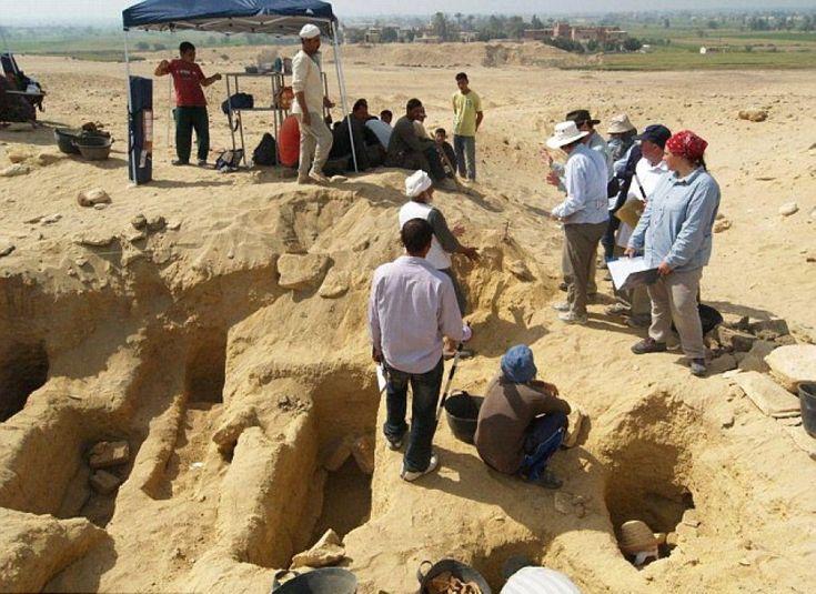 Incredibile scoperta in Egitto: un team di archeologi, dopo mesi di ricerche, ha portato alla luce una necropoli contenente oltre un milione di mummie. La scoperta nella zona di Faiyum, a meno di 100 chilometri a sud del Cairo. Gli scienziati hanno estratto fino ad ora 1700 corpi imbalsamati che si
