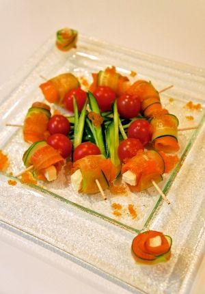 「お洒落に☆スモークサーモンとチーズのピンチョス」チーズをスモークサーモンときゅうりでくるくる巻くだけの美味しい楽しいサラダです☆【楽天レシピ】