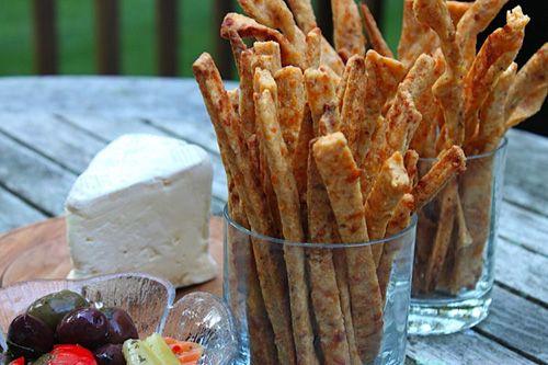 125 g  de farinha de trigo   90 g  de manteiga gelada em pedaços   1 gema   125 g  de queijo gruyère ralado   sal, pimenta-do-reino e ...
