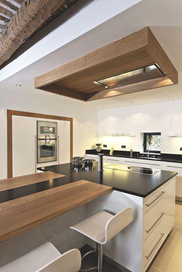 Laque blanche et granit noir effet cuir pour le côté moderne et bois naturel pour réchauffer l'ambiance