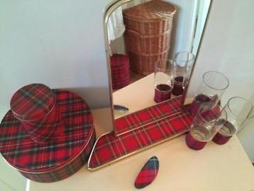 - spiegel met planchet - 3 oude glaasjes met bolling in de bodem en geruite stoffen hoesjes( brand erg leuk met waxine) - haarclip -2 trommels alles in nette staat en in dezelfde soort ruit.