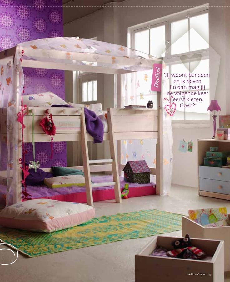 Wat een schattige kinderkamer! Lekker spelen en verstoppen onder het bed. Ook het paarse behang vind ik erg leuk voor een meidenkamer. Deze halfhoogslaper gevonden op de site van Lifetime.