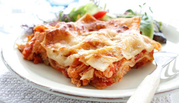 Bytt ut kjøtt med laks, og vips så har du en deilig og sunn lasagne. Du kan også bruke andre typer fisk eller kombinere med skalldyr. Perfekt til helgekosen!