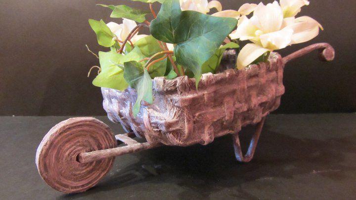 Reciclagem: carrinho de mão para decoração feita de jornal. Eu já fiz uma e é um pouco trabalhoso, mas vale a pena. http://www.youtube.com/watch?v=LF9EMlJhXvM=PL10485DA9C024F2FE=45