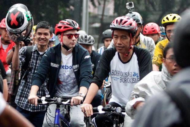 Jokowi dan Jorge Lorenzo Bersepeda Hujan-hujanan