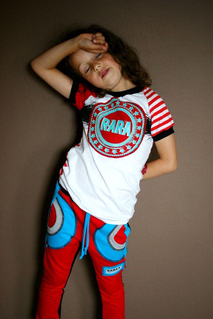 RARA - světlé triko s PRUHY RARA triko ! Tričko šité z elastických bavlněných látek (většinou 95% bavlna, 5% elastan, atesty pro děti do 3let). Na prsou našitá nášivka s RARA velkým logem. Velikost 128 - IHNED K ODESLÁNÍ šířka : 32cm délka : 49cm Triko je UNISEX - pro kluky i holky ! Triko můžu ušít stejné i v jiných velikostech, ale nedocílím už barvy v RARA logu ...