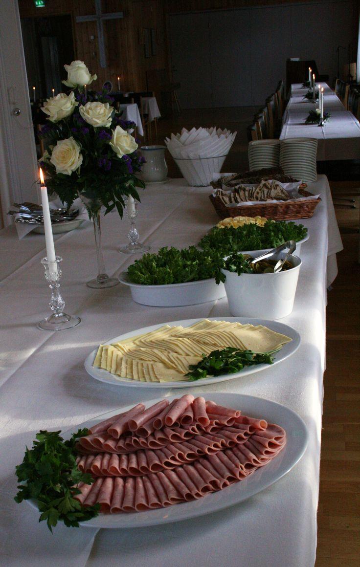 Muistotilaisuuden voileipäpöytä Kuivaniemen seurakuntatalolla, helmikuu 2016.  #muistotilaisuus #voileipäpöytä #kattaus #memorial #sandwichtable #catering