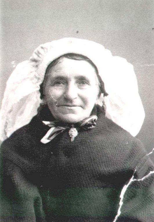 Oude anzicht kaart, Boekel, Brabant Vrouw met nuzzik en cache-nez en keelbroche. Ze draagt alleen de kanten muts.