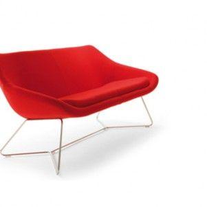 Fel rode bank op een draadframe. Senator. http://www.kantoorinrichters.nl/banken-en-fauteuils