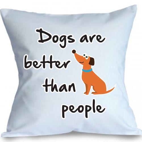 Perna Dogs are better      Perna decorativa cu textul Dogs are better than people si un catel desenat.   Perna este umpluta cu fibre de poliester, iar fata de perna este din bumbac 100%.  Dimensiune: 40 x 40 cm