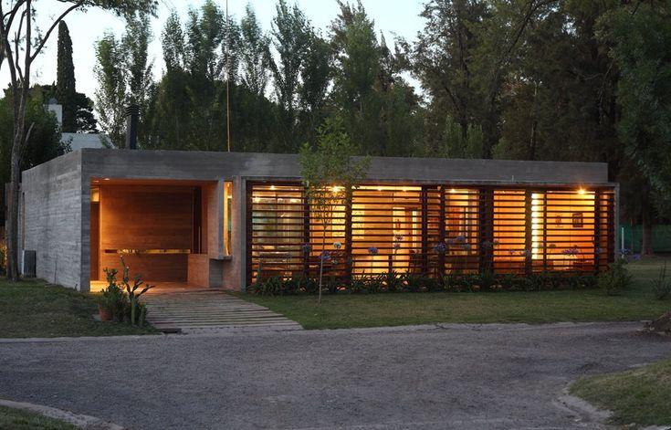 玄関前に大きな雨除けスペース  アプローチの処理  Concrete + brise soleil