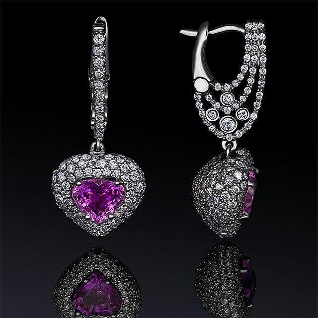 Розовые сапфиры считаются символом женственности и красоты. И действительно, при взгляде на украшения с такими камнями возникают самые нежные чувства!   Серьги из белого золота с розовыми сапфирами и бриллиантами.  #izmestievdiamonds #sapphires