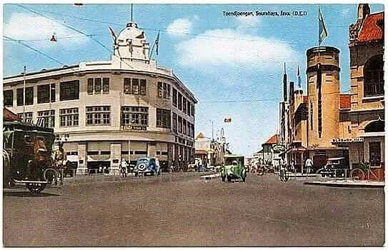 Foto berwarna bagus Gedung White Away di pojokan Jl Tunjungan - Genteng Kali kira2 th 1930-40an Foto: Ebay postcard  Postingan ini juga bisa dilihat di aku instagram STD https://www.instagram.com/surabayatempodulu/ — with Ananda Moko.#surabaya723