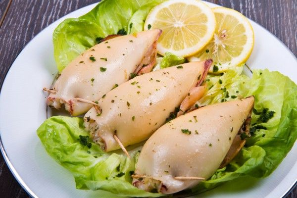 Фаршированные кальмары с рисом и орехами, ссылка на рецепт - https://recase.org/farshirovannye-kalmary-s-risom-i-orehami/  #Вегетарианскиерецепты #Морепродукты #блюдо #кухня #пища #рецепты #кулинария #еда #блюда #food #cook