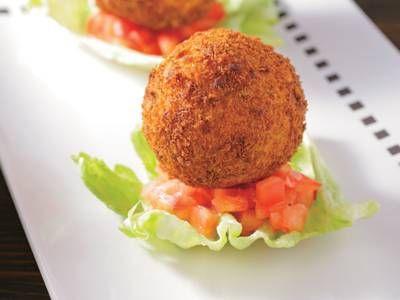 """吉村 昇洋さんの新じゃがいもを使った「新じゃがいものコロッケ」のレシピページです。【滋味を味わう""""禅寺ごはん""""】具に野菜の皮やだしがらを使い、食材を大切に生かします。衣のつなぎは卵のかわりに長芋を使います。 材料: 新じゃがいも、アスパラガスの皮、昆布、コーン、長芋、パン粉、レタス、フルーツトマト、塩、かたくり粉、小麦粉、揚げ油"""