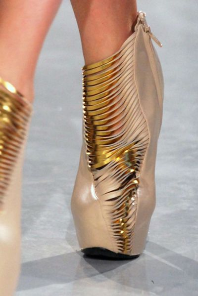 Iris Van Herpen AW2011-2012  Seriously? Would any of you #baby-boomers wear these?
