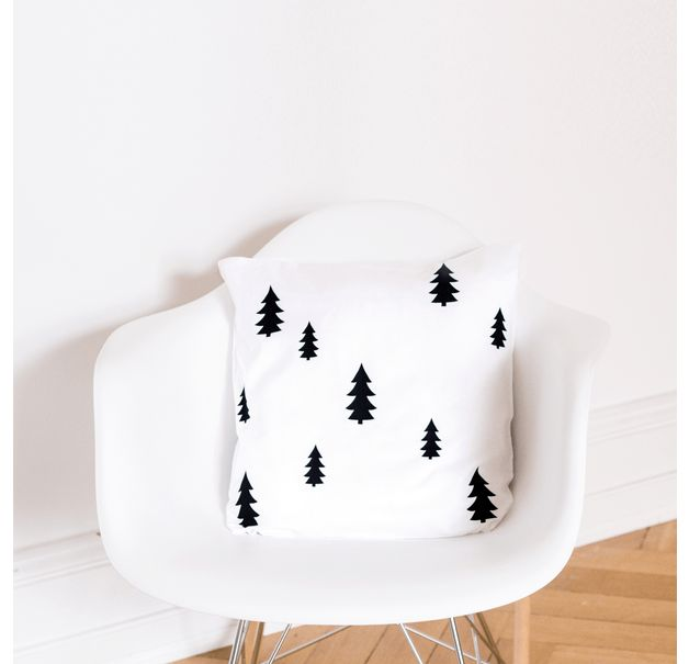 Skandinavischer Kissenbezug in Weiß mit Tannenbäumen, moderne Wohndeko / scandinavian pillow case in white with black pine trees, modern home decor made by Eulenschnitt via DaWanda.com