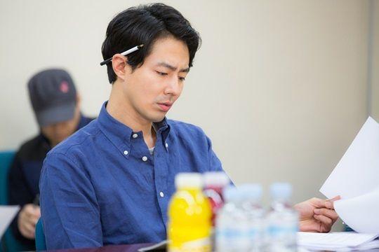 Jo In Sung, Gong Hyo Jin chăm chú đọc kịch bản phim mới 1