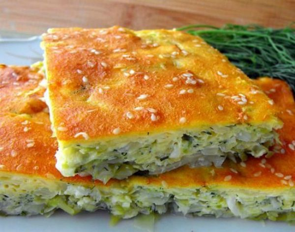 1Капустный пирог на кефире  ИНГРЕДИЕНТЫ  3 яйца 1 ст. кефира 3/4 ст. муки соль, перец по вкусу 1 ч. л. разрыхлителя 1 небольшой кочан молодой капусты кунжут для посыпки (по желанию) зелень укропа