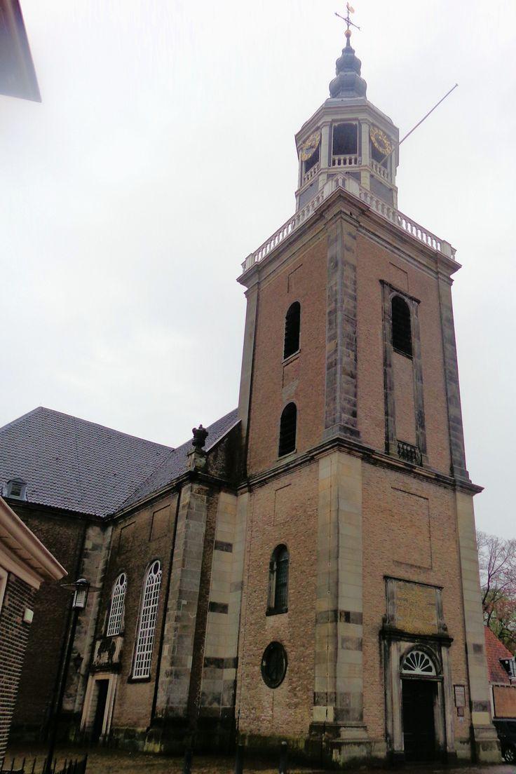 De Grote Kerk van Almelo werd rond 1236 als slotkapel bij Huize Almelo gesticht. De kerk was oorspronkelijk gewijd aan de ridderheiligen Sint Georgius en Sint Mauritius. In de eeuwen daarna werd de kapel vergroot en omgevormd tot parochiekerk. Hiervan resteert alleen nog het koor uit 1493. De rest van de huidige eenbeukige kruiskerk met toren is in 1738 herbouwd. De opvallende houten torenspits is in 1777 geplaatst. In de toren hangen twee kerkklokken uit 1629 en 1738.