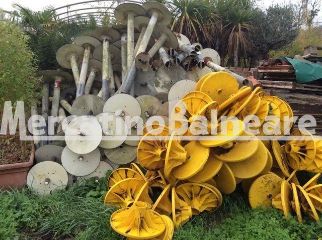 Basi per ombrelloni e tavolini gialli usati - Mercatino Balneare Basi per ombrelloni con basamento disponibili pz 100 prezzo euro 5 Tavolini lietomare gialli usati pezzi 100 euro 5  http://www.mercatinobalneare.it/annuncio/basi-ombrelloni-tavolini-gialli-usati/
