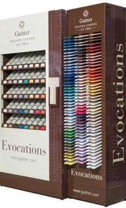 L'espace couleur GUITTET en point de vente Les Peintures GUITTET proposent 2 meubles. L'un présente 40 teintes en 125 ml et l'autre met à l'honneur les 128 teintes de la Collection EVOCATIONS, sur des planches de bois, réalisées en HORUS Mat.