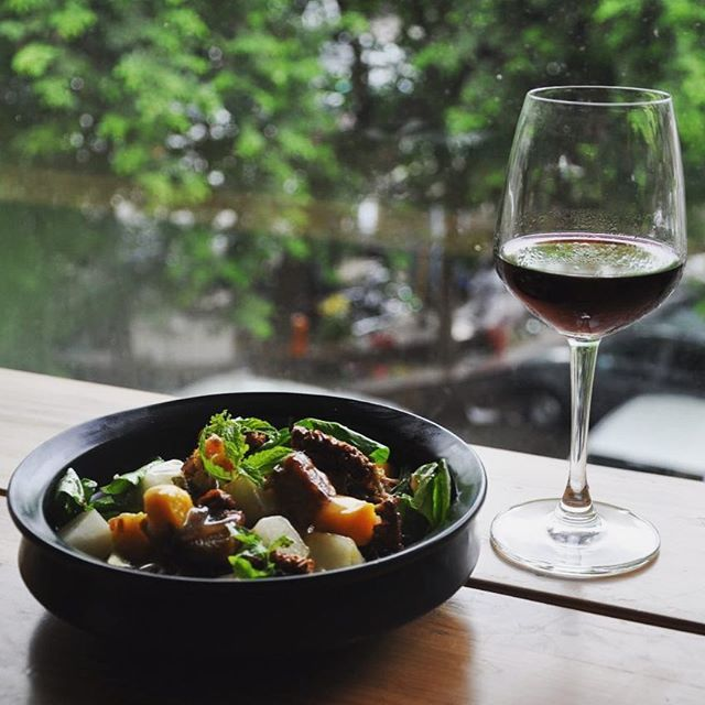 A sumptuous pork salad and some red before we ditch our diet for the #weekend #salad #redwine #perch #pork #melon #rocketleaves #feta #mango #wine #green #healthy #springishere #khanmarket #delhifood #perchindelhi #hungryforever #hungryforeverco