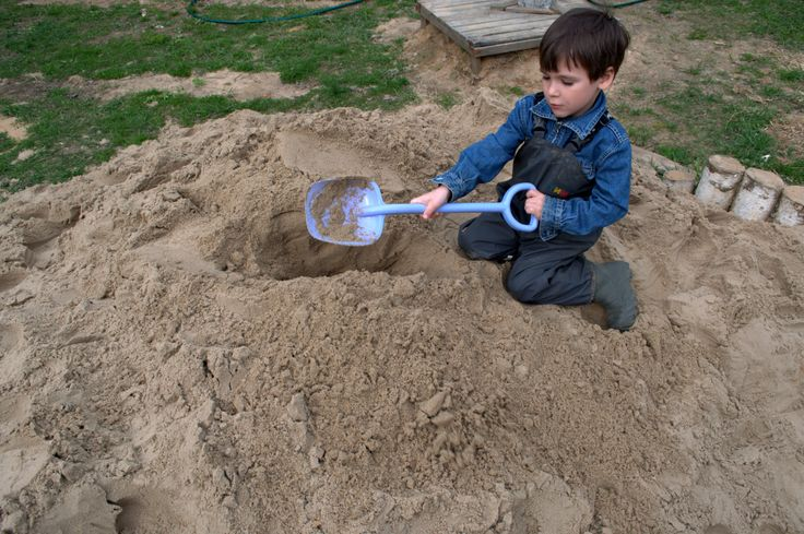 Даже летом детская одежда ТИМ остается незаменимым помощником родителям. Детям очень нравится играть в песке, но после этого штанишки так сильно измазаны, что иногда их даже стирать бесполезно. А ведь все очень просто - предложите ребенку надеть на время игры непромокаемые брюки ТИМ ;)