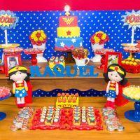 Fotos de festa de aniversário infantil, em Curitiba, com o tema Mulher Maravilha, feitas por Ipê Caramelo Fotografia