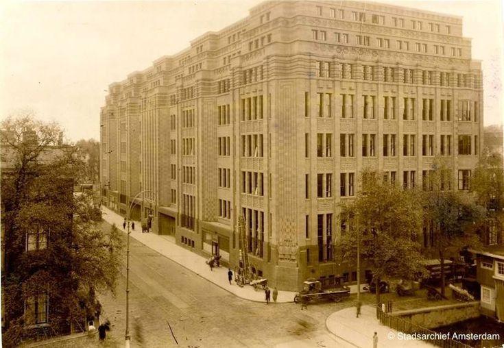 Amsterdam De Bazel - Vijzelstraat, 1926. Het gebouw De Bazel werd tussen 1919 en 1926 gebouwd en was het hoofdkantoor Nederlandsche Handel-Maatschappij (NHM). Na de fusie van de Nederlandsche Handel-Maatschappij en de Twentsche Bank in 1964 werd de nieuwe naam Algemene Bank Nederland en werd De Bazel tevens het hoofdkantoor. In 1991 fuseerde AMRO bank met ABN bank waarbij het gebouw De Bazel nog steeds het hoofdkantoor was. In 1999 vertrok de bank naar de Zuid-as. Na een grondige verbouwing…