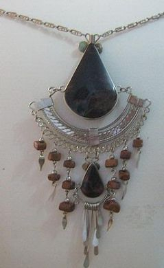 #Halskette mit einem #Anhänger aus #Alpakasilber und schwarzen Steinen,
