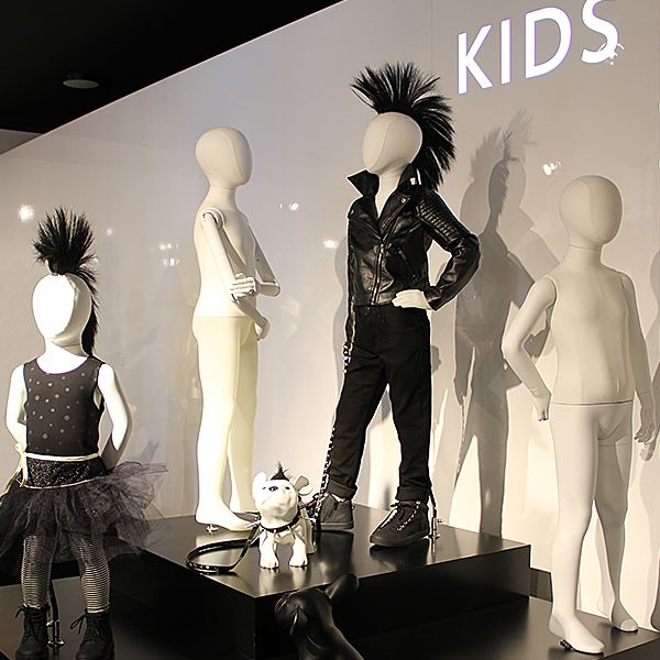 Tailor Kids at Our New Showroom in Auetal Tailor Kids are mannequins with fabric-covered torsos. Optionally they can also be combined with wooden articulated arms. These mannequins fit perfectly with Denim and Streetwear with their urban casual Retro look.  #mannequins #showroom #kidsMannequins #retrolook #urbanCasual #streetwear #visualmerchandising #denim #punk