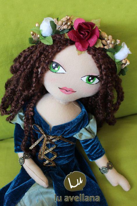 MANUALIDADES MUÑECA DE TELA – Princesade Giglia Muñeca confeccionada en tela con rostro pintado a mano. Inspirada en la edad media, vestido de terciopelo turquesa y raso celeste con amarras dorada…