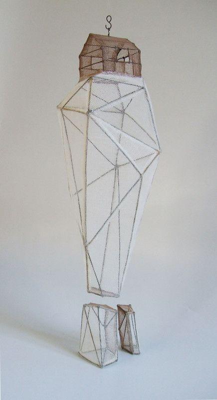 Rocher habité 03 (à suspendre) Fil de fer & tarlatane teintée H 31 X 13 X 13 cm + 7 cm (bout de roche )