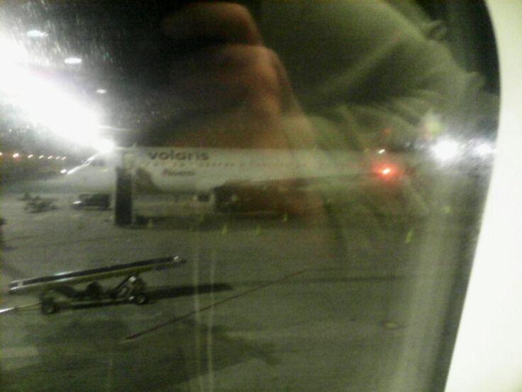 Aviòn De Volaris En El Aeropuerto De Guadalajara
