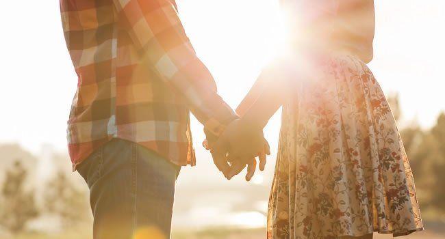 """""""A verdade é que não adianta procurar demais, criar mil expectativas, agir por impulso. O amor pra valer chega silenciosamente, sem fazer escândalo. Pode ser numa praia deserta, num parque florido ou em uma festa de amigos. Não importa onde nem quando."""""""