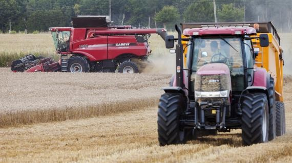 """VIDEO. Les constructeurs de machines agricoles recrutent à foison.  Le secteur des machines agricoles ne connaît pas la crise et recrute à tour de bras en France, contrairement à de nombreux autres comme l'automobile. """"Nous proposons 5 000 CDI et au moins 2 000 CDD"""", martèle Michel Morel, président de l'association de promotion des métiers du machinisme agricole (Aprodema)."""