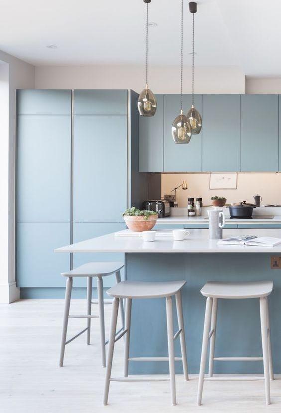 cuisine meuble bleu glacier ilot plan de travail blanc chaise haute blanche suspension luminaire ampoule decoration interieure blog deco cuisine kitchen