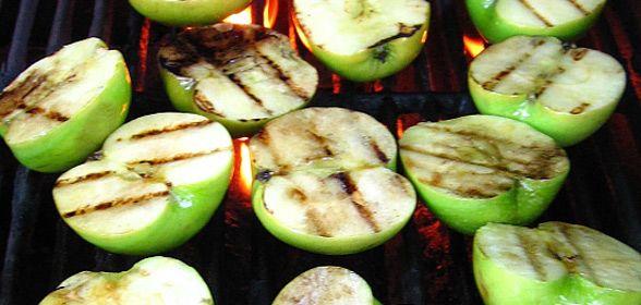 Appels op de barbecue zijn makkelijk te maken en zijn heerlijk als toetje of als bijgerecht bij varkensvlees of de hamburger