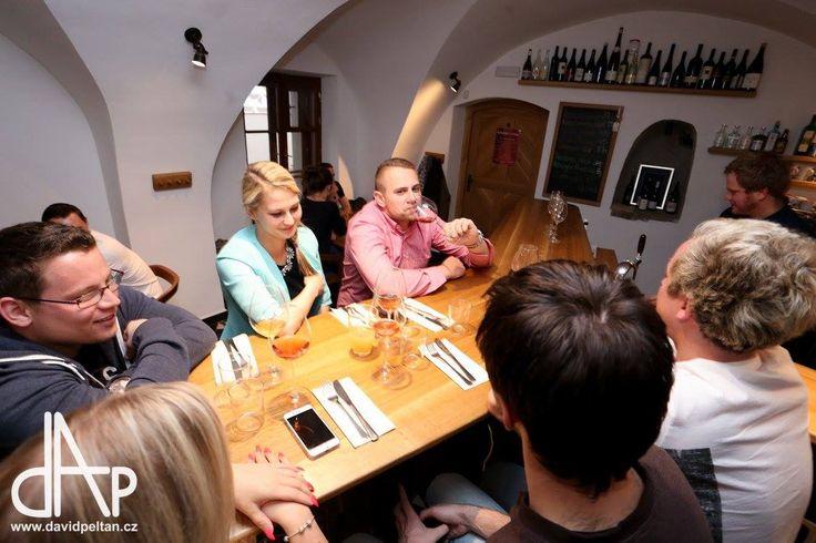 TATARÁKY A VÍNA  Hostování Michala Hrubeše z restaurace Dobromila, řádící Weky a vína z rukou Čuldy. Foto: David Peltán http://www.thir.cz/